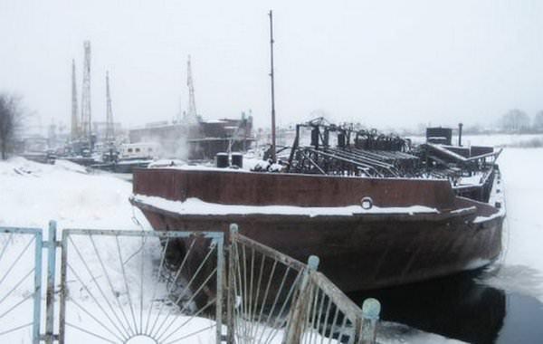 Баржи в снегу на реке Сухона