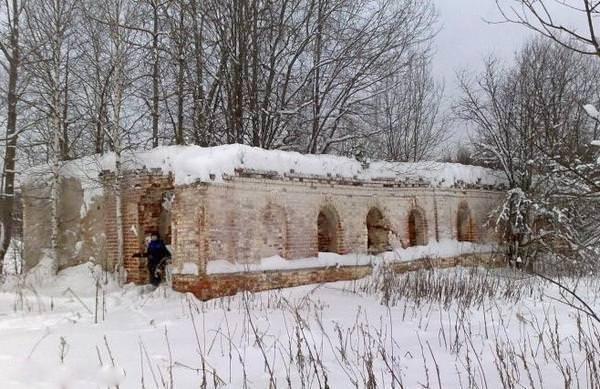 кельи с угловой башней у стен монастыря