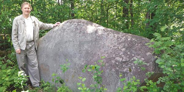 Валун Каменная баба у подножия Лисьих гор