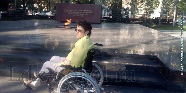 У Мемориала Вечный огонь Славы в Вологде