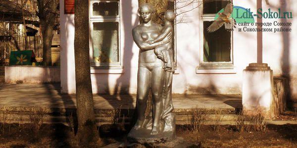 Скульптура Матери с ребёнком