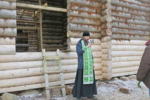 Перед началом работ игумен Дионисий совершил краткий молебен