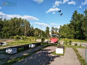 Скамейка влюблённых на площади возле «Культурного центра» в Печаткино