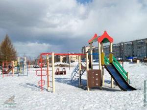 Детская площадка на площади возле здания Администрации